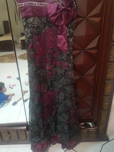 فستان دانتيل رمادي مع مارون