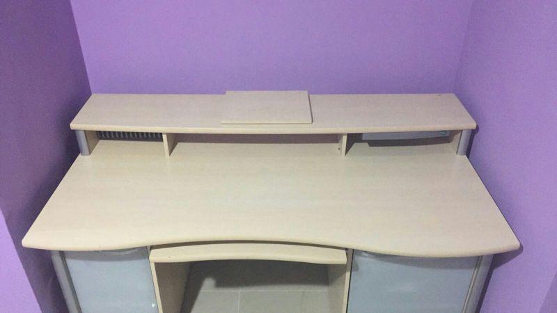 طاولة مكتب كبيرة