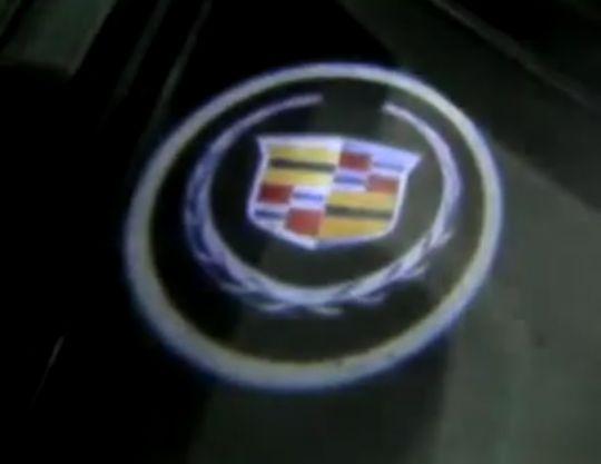 2 شعار ملون كاديلاك يركب على الباب