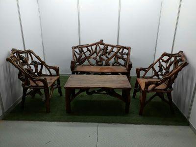 طقم كراسي وطاولة خشب مصنوع من شجر طبيعي