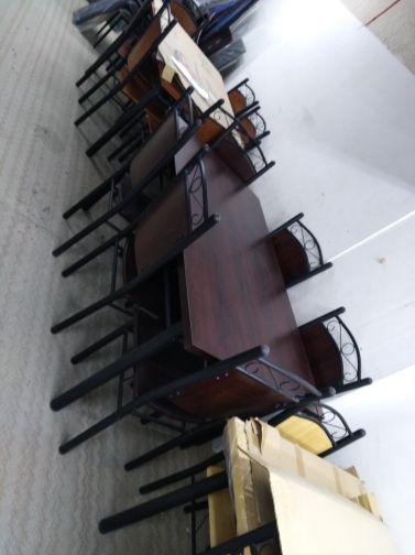 طاولة مع كراسي