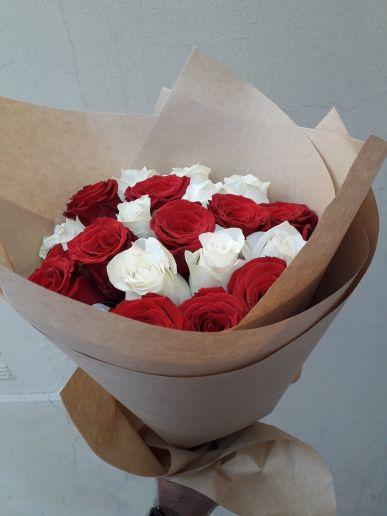 أبيض وردة حمراء باقة اليد ،