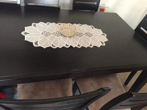 طاولة و ٦ كراسي للبيع