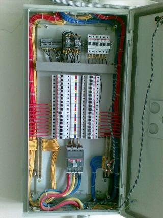 فني كهربائي خبرة اكتر من ٨ سنوات