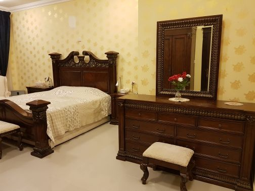 غرفة نوم كنج مع الستائر والفرش كاملة وخز