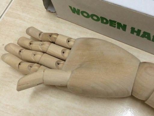 مجسم يد خشبي