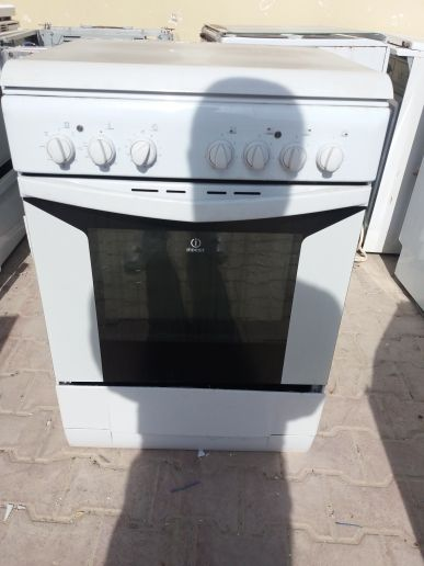 INDESIT ELECTRIC OVEN WITH 4 TOP BURNERS