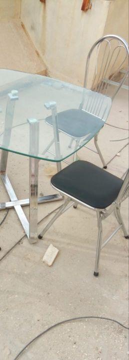طاولة مع كرسيين طقم